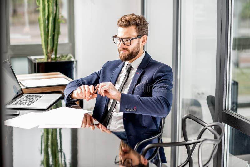 Banqueiro que trabalha no escritório fotografia de stock royalty free