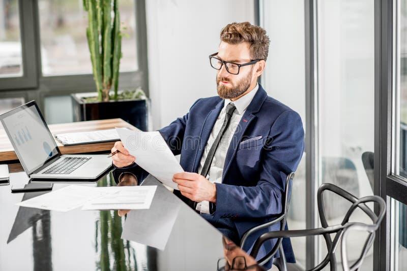 Banqueiro que trabalha no escritório imagem de stock royalty free