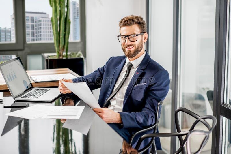 Banqueiro que trabalha no escritório imagens de stock royalty free