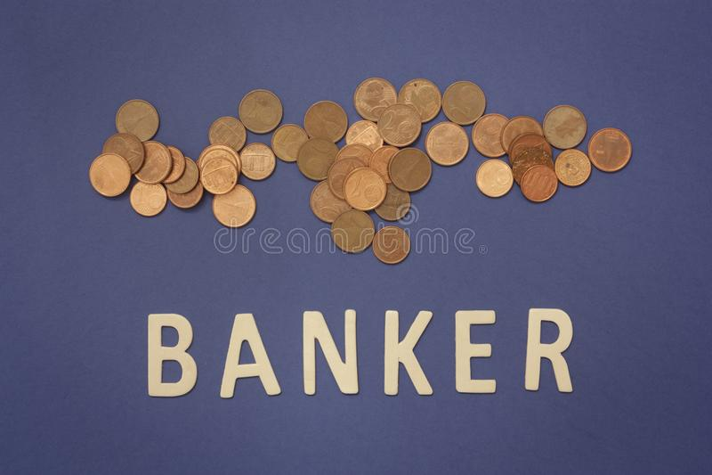 Banquero escrito con las letras de madera en un fondo azul foto de archivo libre de regalías