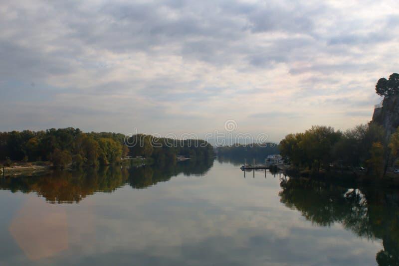 Banques du Rhône fusionnant avec le ciel dans une brume brumeuse photographie stock