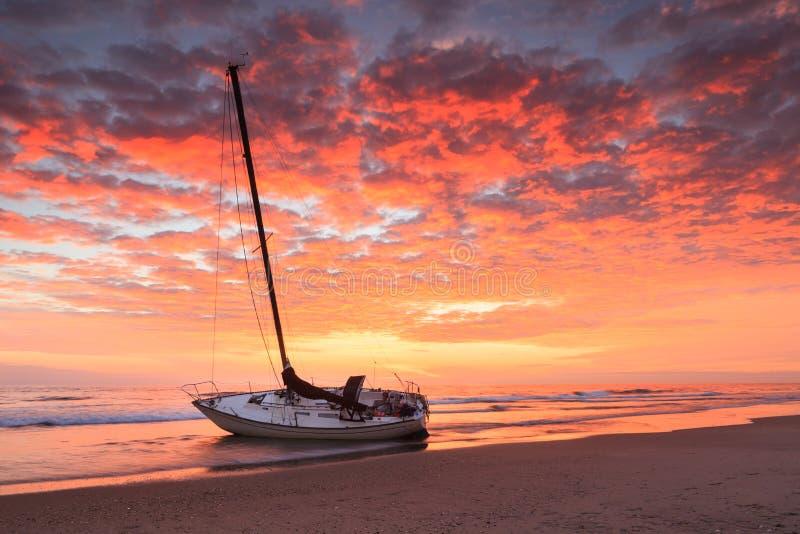 Banques externes la Caroline du Nord de bord de la mer de Hatteras de naufrage de lever de soleil photo libre de droits