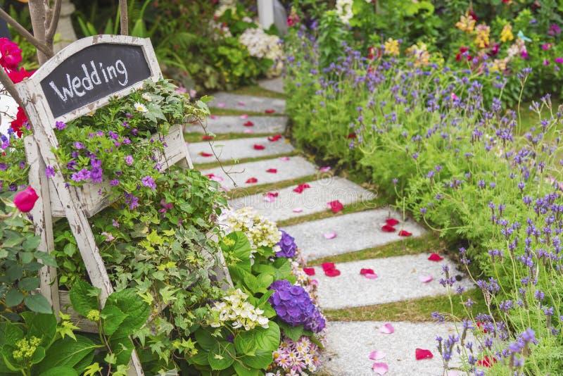 Banquete de boda en jardín verde hermoso fotos de archivo libres de regalías