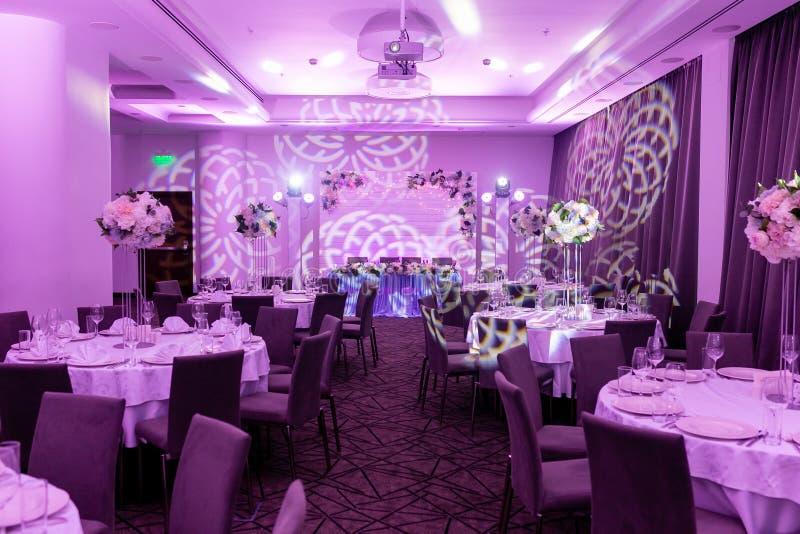 Banquete de la boda en tonos azules y blancos Ajuste hermoso de la tabla con centros de la loza y de flores blanca en un florero  imagen de archivo libre de regalías