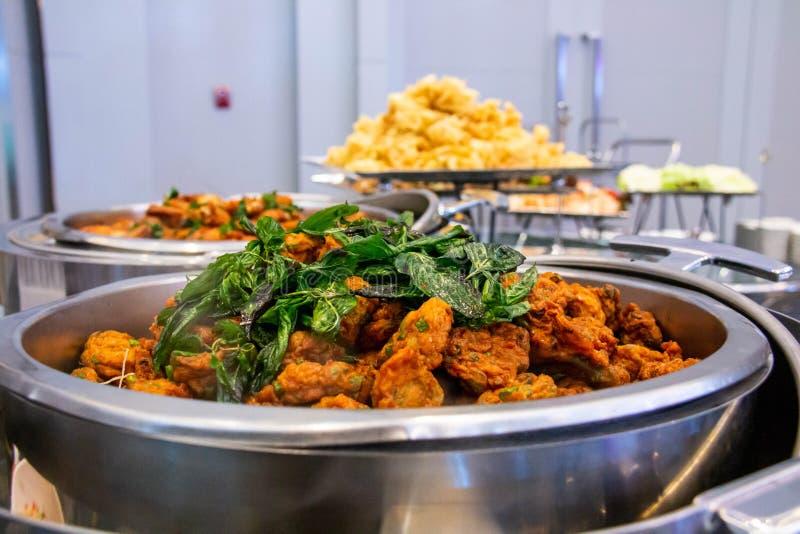 Banquete del buffet del servicio del abastecimiento de la comida del restaurante del hotel para casarse fotografía de archivo