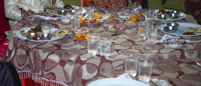 Banquete o cena de pares durante la boda india gorda grande imagen de archivo