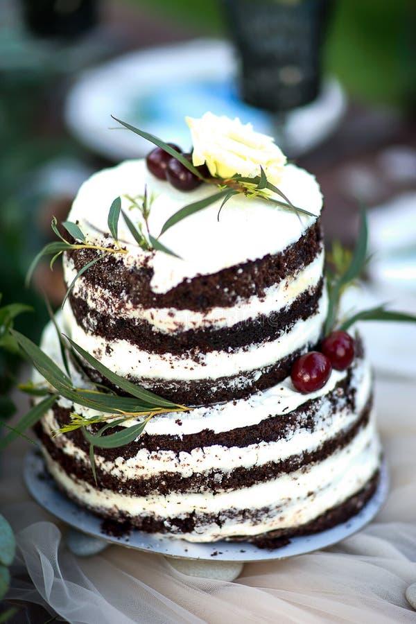 Banquete Wedding Um bolo na tabela no estilo rústico Bolo para o aniversário ou os outros holdays fotos de stock royalty free