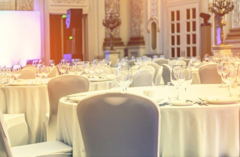 Banquetee el pasillo, hotel de lujo, tablas de servicio, recepción, restaura imágenes de archivo libres de regalías