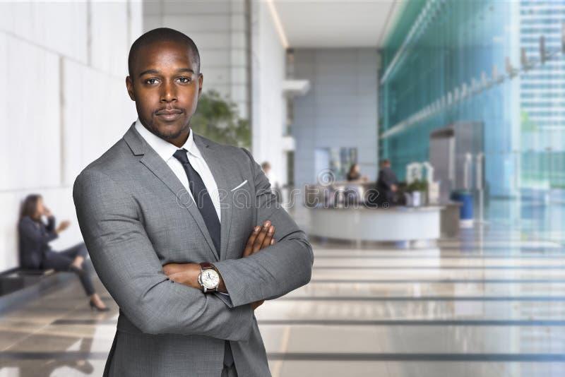 Banquier professionnel beau élégant sûr sur le lieu de travail financier d'espace de travail images stock