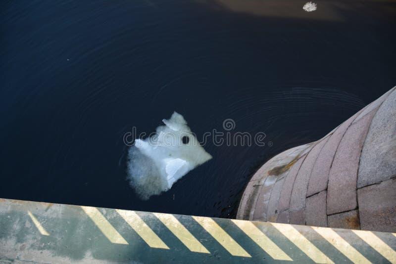 Banquisa de gelo com um furo imagens de stock