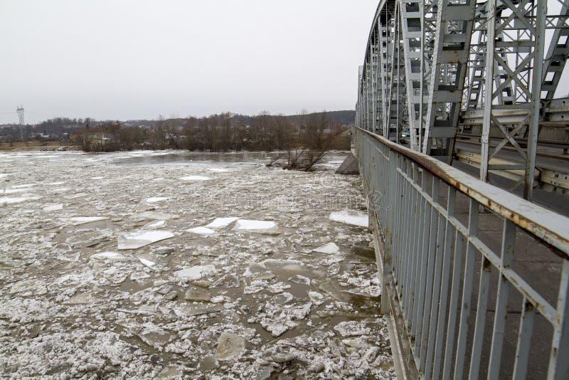 Banquisa de gelo no rio no inverno, 'awy, Polônia de PuÅ, 02 2012 imagem de stock