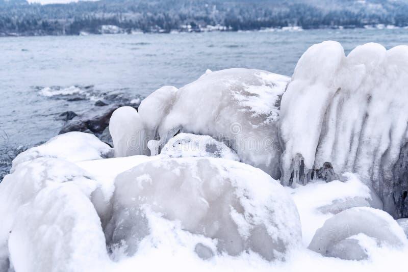 Banquisa de gelo que situa perto do rio-banco foto de stock