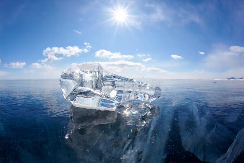 Banquisa e sol de gelo no lago Baikal do inverno fotos de stock