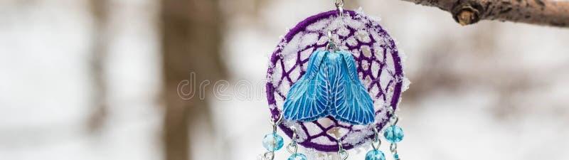 Banret av örhängen av Dreamcatcher gjorde av fjädrar att piska pärlor och rep och att hänga royaltyfri fotografi