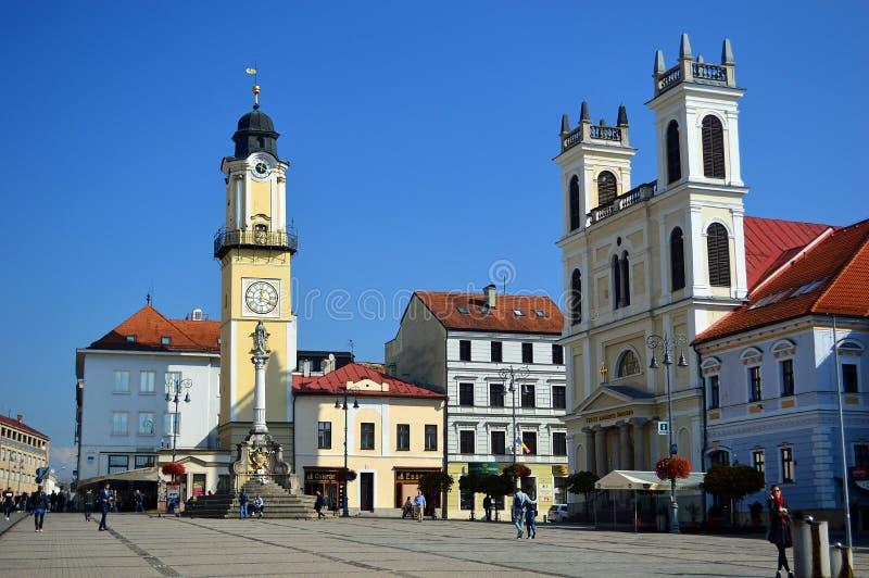 Banská Bystrica Klokketoren en kathedraal op belangrijkst vierkant Slowakije stock foto's