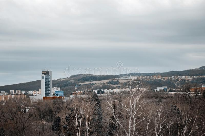 Banska Bystrica, Словакия - 11-ое марта 2019: облака над городком в пасмурном дне стоковые фото