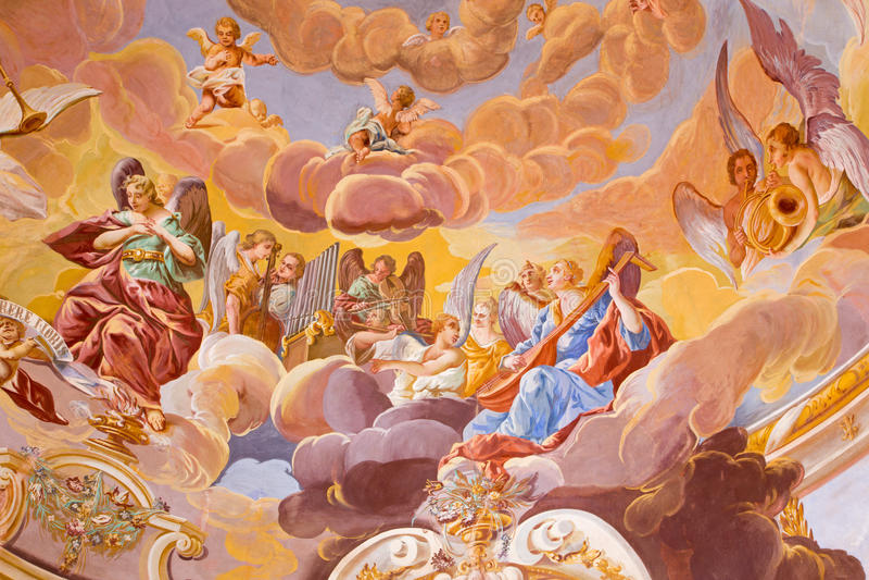 Banska Stiavnica - θόλος στη μέση εκκλησία μπαρόκ calvary από το Anton Schmidt από τα έτη 1745 Άγγελοι με το INS μουσικής στοκ εικόνα με δικαίωμα ελεύθερης χρήσης