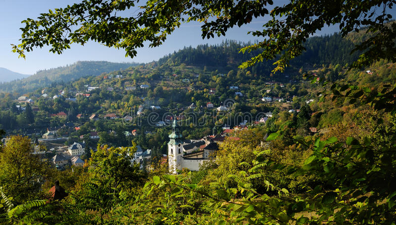 Banska Stiavnica dans l'horizontal d'automne photographie stock libre de droits