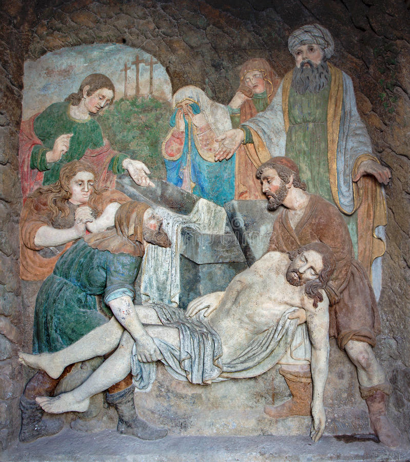 Banska Stiavnica - de hulp van de detailsteen van Begrafenis van Jesus als deel van barokke Calvary van jaren 1744 - 1751 royalty-vrije stock afbeelding