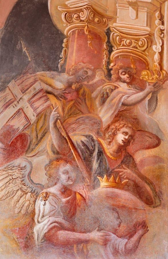 Banska Stiavnica - detalj av änglar i freskomålning på kupolen i den mellersta kyrkan av den barocka calvaryen av Anton Schmidt f arkivfoton