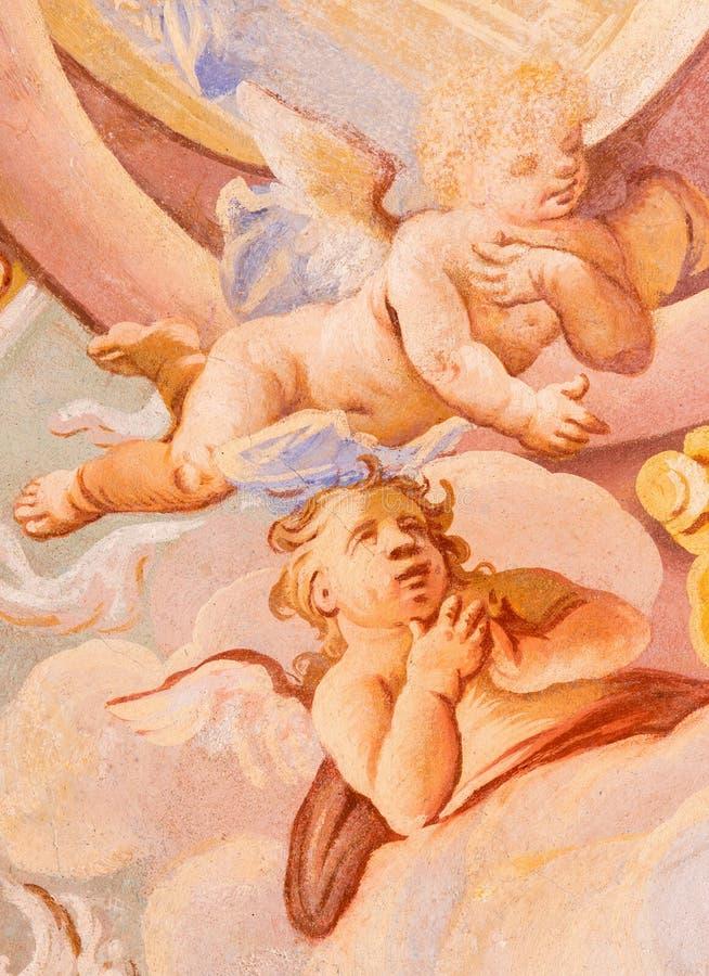 Banska Stiavnica - detaljen av änglar i freskomålning på kupolen i den mellersta kyrkan av den barocka calvaryen av Anton Schmidt arkivfoton