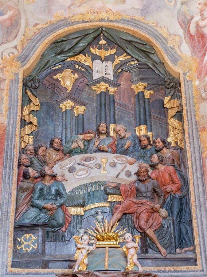 Banska Stiavnica - le soulagement polychrome découpé du dernier dîner et de l'autel dans l'église inférieure de calvaire de 18 ce images stock