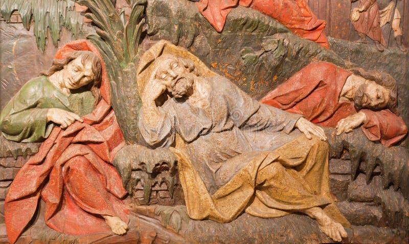 Banska Stiavnica - sniden lättnad av de latenta apostlarna som detaljen av bönen i den Gethsemane trädgården - del av den barocka arkivfoto