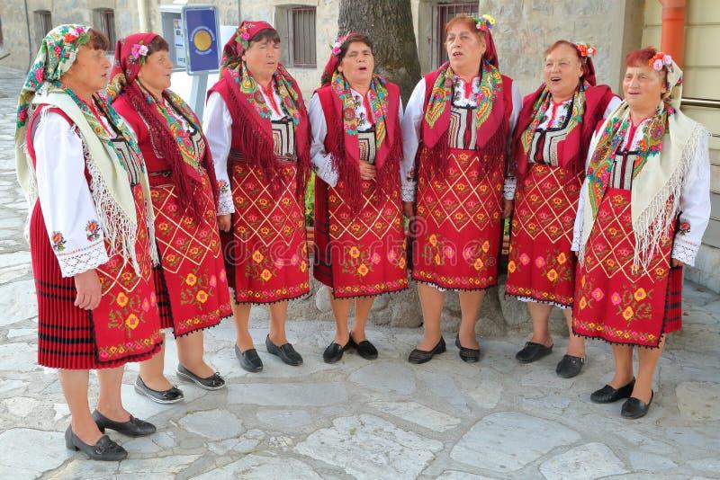 BANSKO, †«25-ое июля 2015 БОЛГАРИИ: Песни петь женщин традиционно одетые болгарские стоковые фотографии rf