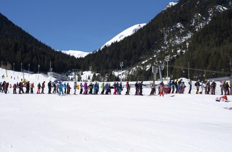 Bansko, Bułgaria, Kwiecień 03, 2018: Bansko narty stacja, Kolarski narciarski dźwignięcie przy Banderishka polyana Ludzie stoi w  obrazy stock