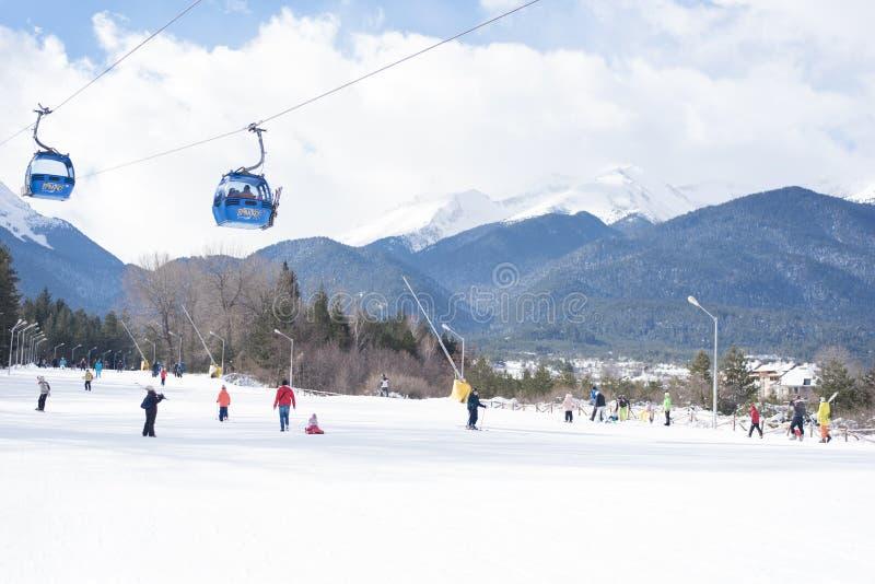 Bansko, Bulgaria - 26 de enero de 2016: Cabina del teleférico de Bansko en Bansko, Bulgaria, esquí de la gente Picos de montaña d imagen de archivo libre de regalías