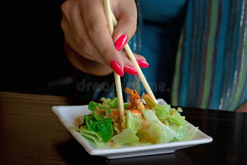 banta äta salladgrönsakkvinnan Sunt arkivbilder