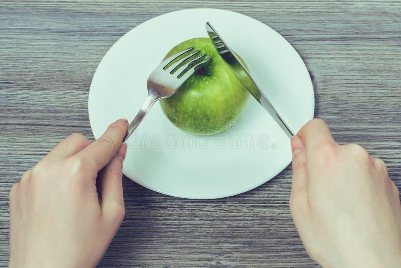 Banta banta begrepp för kvinna för viktförlust svultet Begrepp av sunt äta Stäng sig upp överkant ovanför det över huvudet fotoet fotografering för bildbyråer