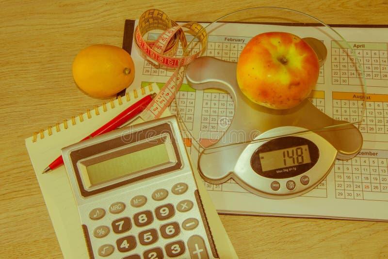Banta begreppet för frukosten för viktförlust med måttbandet, organiska frukter royaltyfri foto