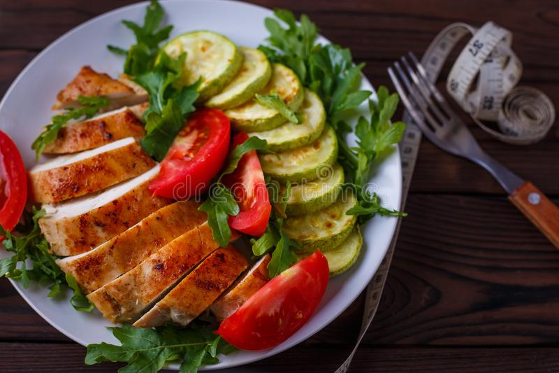 Banta begreppet, sund livsstil, lågt - kalorimat Bakad chicke arkivfoto