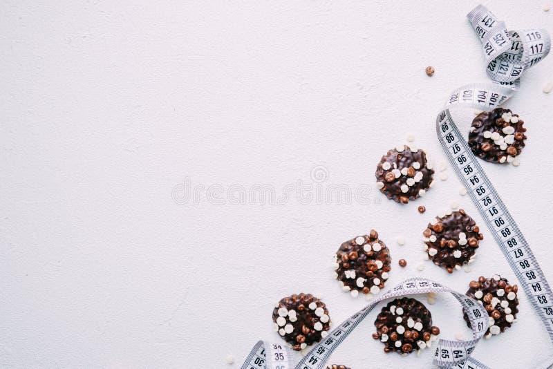 banta chokladkakabakgrund och måttband royaltyfri fotografi