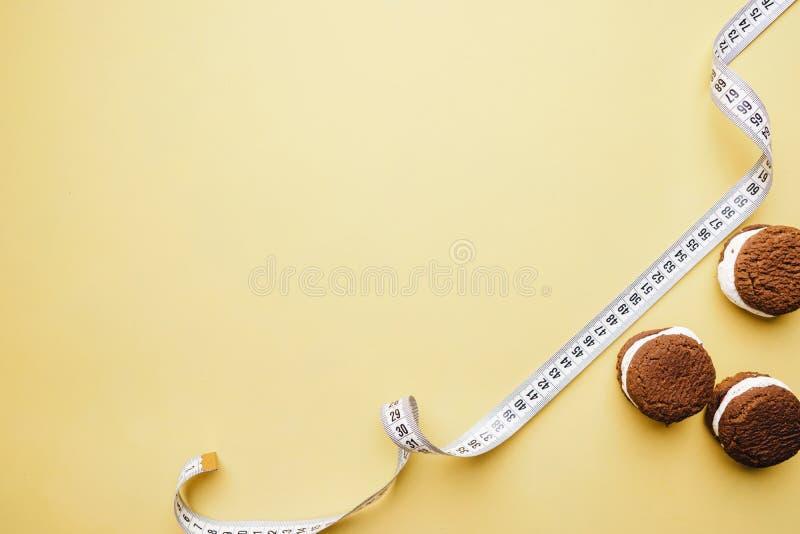 banta chokladkakabakgrund och måttband fotografering för bildbyråer