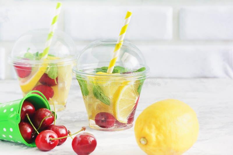 Banta drinken för vattenfruktsortiment med mintkaramellen arkivfoton