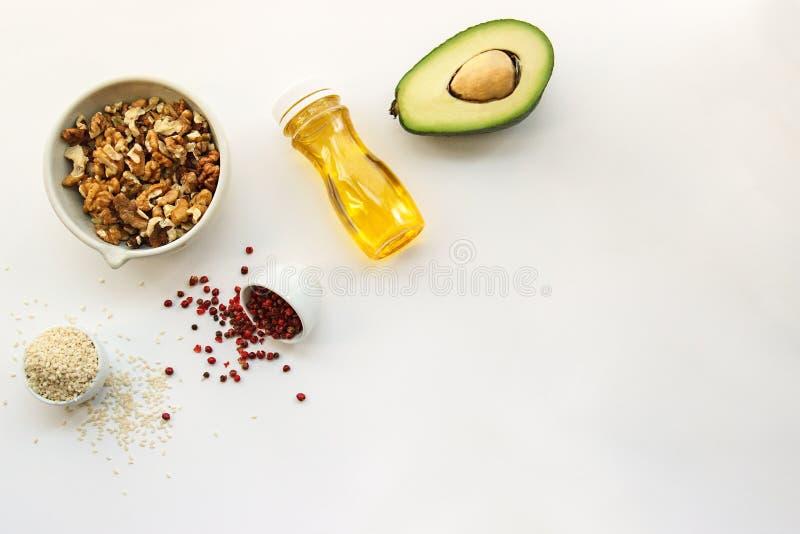 Banta för Keto ketogenic foods på vit bakgrund med kopieringsutrymme låg carb, högt bra fett Begreppet bantar för hälsa och vikt  royaltyfri fotografi