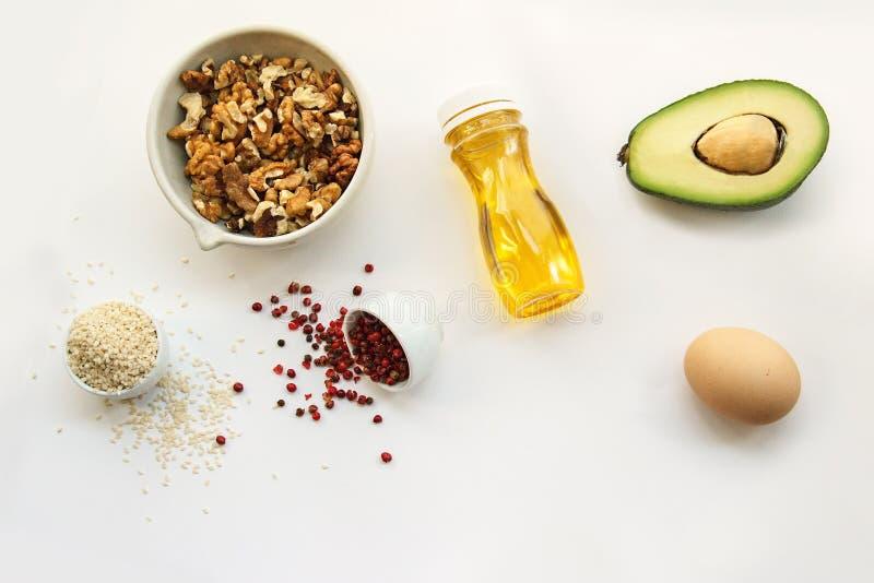 Banta för Keto ketogenic foods på vit bakgrund med kopieringsutrymme låg carb, högt bra fett Begreppet bantar för hälsa och vikt  royaltyfria bilder