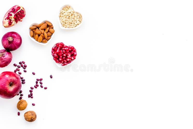 Banta för sund hjärta Mat med antioxidants Grönsaker frukter, muttrar i hjärta formad bunke på den vita bakgrundsöverkanten arkivbilder