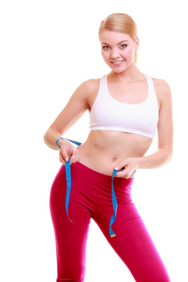banta Flicka för konditionkvinnapassform med måttbandet som mäter hennes midja arkivbild