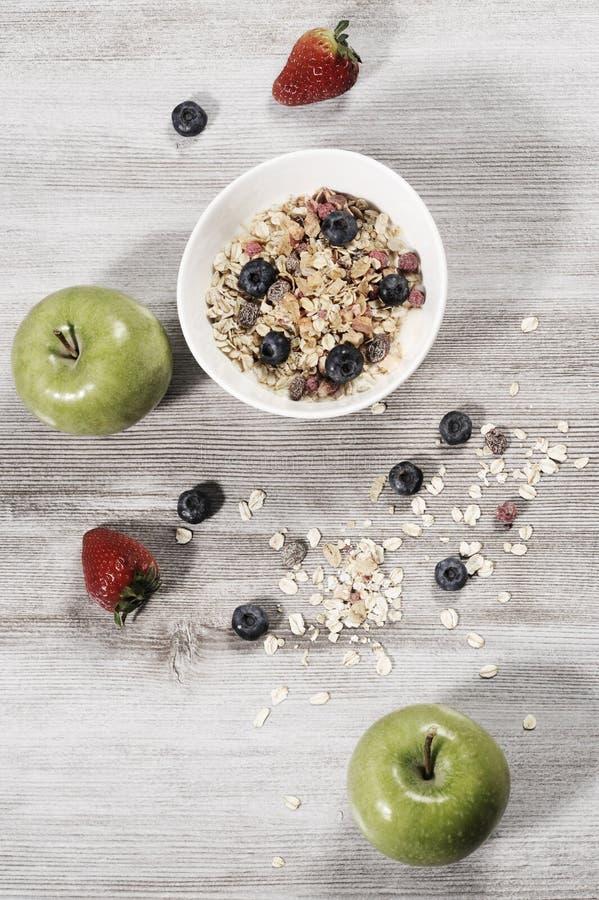 Banta frukosten för viktförlust, sunt livbegrepp med hem- gjord mysli med nya frukter arkivbild