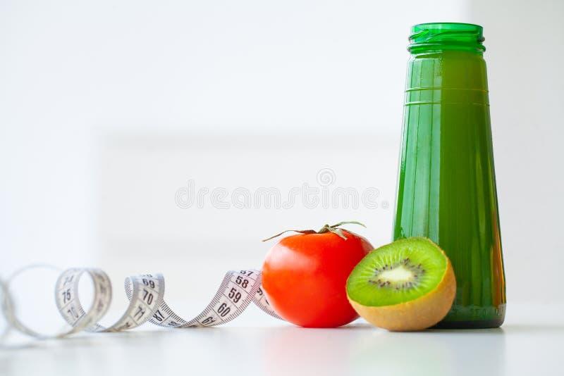 banta Kondition och sund mat bantar begreppet, grön fruktsaft nytt arkivbilder