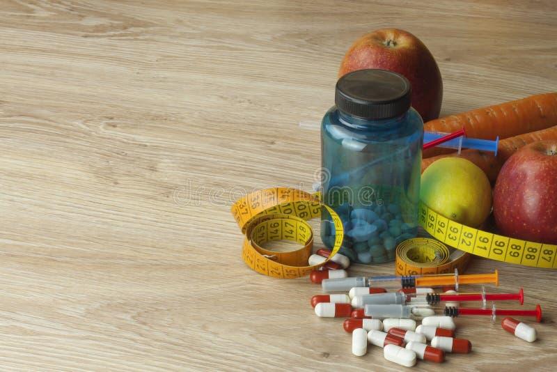 Banta mat, äppelmust, grönsaker, och frukter, begrepp bantar, vitamintillägg royaltyfri bild