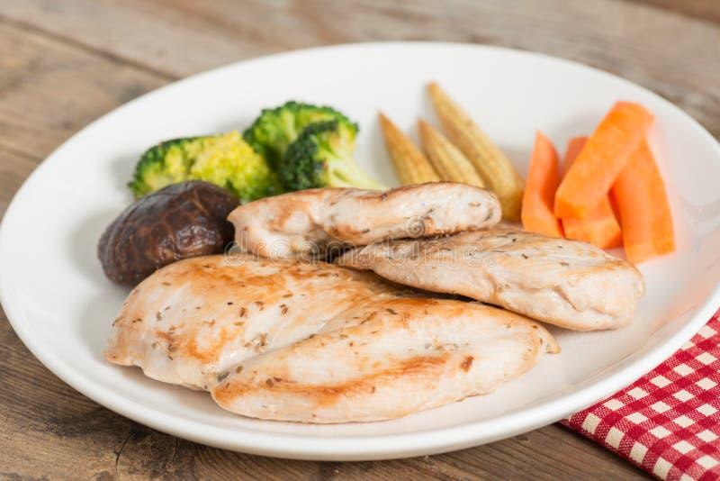 Banta mat, grillad höna och grönsaken arkivfoto