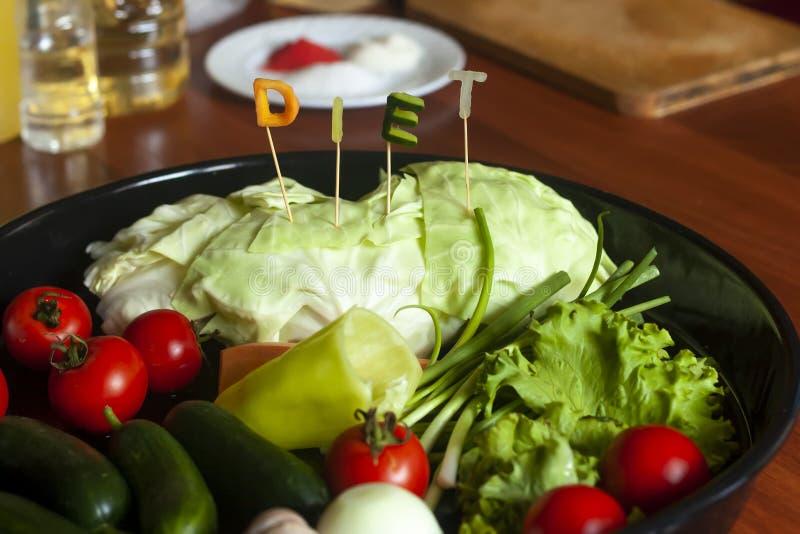 Banta ordet gjorda snittet från grönsaker och maträtten av nya grönsaker sund begreppsmat arkivfoton