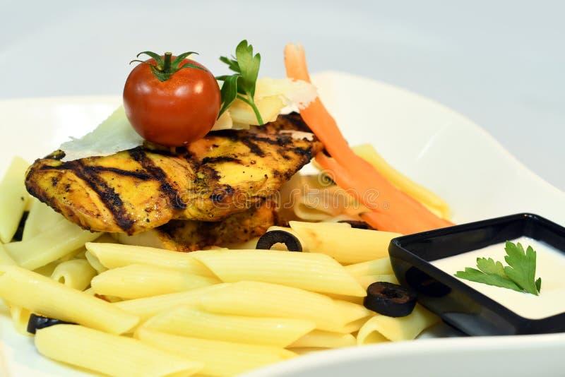 Banta pasta med kött & veggies royaltyfri bild