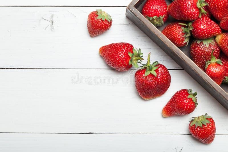 Bantar den l?ckra efterr?tten f?r jordgubben, ny mat Kopiera utrymme f?r text royaltyfria foton