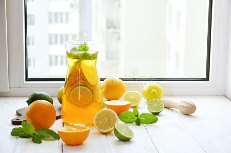 Bantar sunda non alkoholiserade coctailar för sommar, citruns ingav vattendrinkar, lemonader med limefruktcitronen eller apelsin, fotografering för bildbyråer