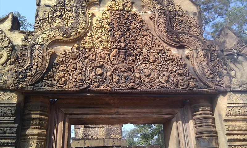 Banteay Srei is gekend voor de ingewikkeldheid van zijn gravures stock foto's